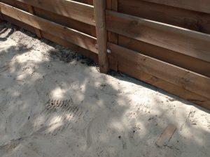Palen diep vastgezet in de aarde met turbo-beton. Foto: Interieurdecoratie-shops.nl